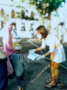 Potret umat Budha bagikan masker pada jamaah shalat Idul Adha di Lombok Utara